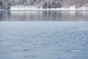 冬の青木湖の写真素材 [FYI01809939]