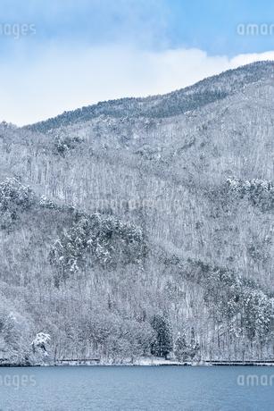 長野県大町市 木崎湖の雪景色の写真素材 [FYI01809971]
