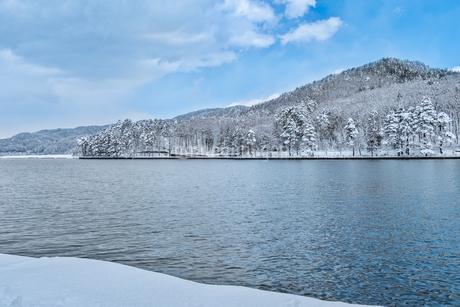 長野県大町市 木崎湖の雪景色の写真素材 [FYI01810010]