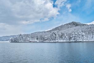 長野県大町市 木崎湖の雪景色の写真素材 [FYI01810039]