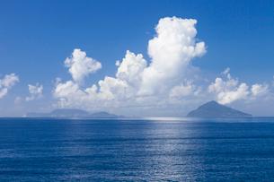 伊豆大島から眺める三角形の利島と新島の写真素材 [FYI01810139]