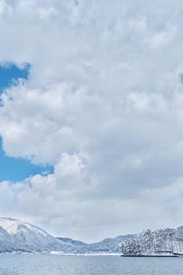長野県大町市 木崎湖の雪景色の写真素材 [FYI01810202]