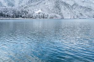 長野県大町市 木崎湖の雪景色の写真素材 [FYI01810209]