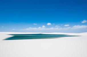レンソイスの白い砂漠と湖の写真素材 [FYI01810224]