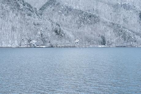 長野県大町市 木崎湖の雪景色の写真素材 [FYI01810234]