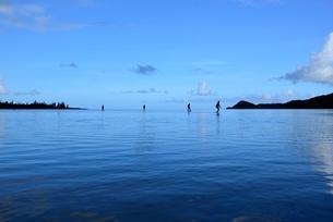 由布島(左)から西表島へ帰る人々の写真素材 [FYI01810236]