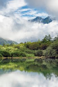 長野県 上高地の大正池と穂高連峰の写真素材 [FYI01810273]
