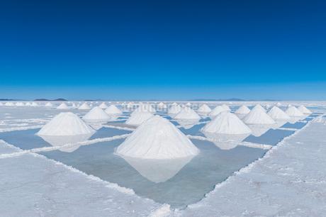 ウユニ塩湖の採潮場の写真素材 [FYI01810318]