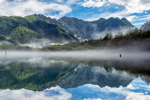 長野県 上高地の大正池と穂高連峰の写真素材 [FYI01810322]