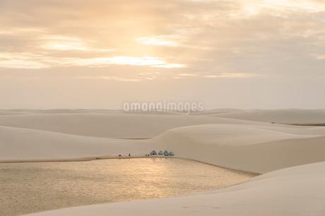 レンソイス砂漠の白砂の砂丘のキャンプ地の写真素材 [FYI01810336]
