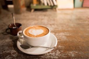 カフェでカフェラテの写真素材 [FYI01810342]