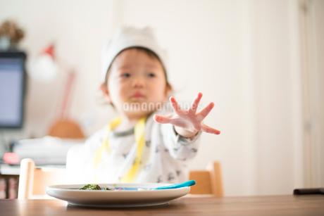 食事に手を伸ばす誕生日の子供の写真素材 [FYI01810348]