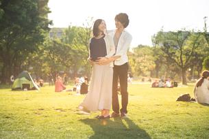 笑顔の臨月の妻と夫の写真素材 [FYI01810363]