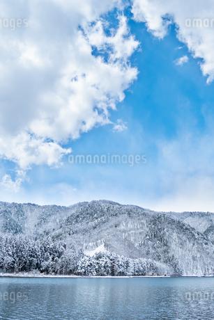 長野県大町市 木崎湖の雪景色の写真素材 [FYI01810374]