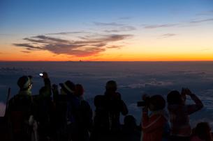 夜明けの富士山頂の写真素材 [FYI01810375]