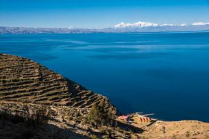 チチカカ湖の「太陽の島」から望むアンデス山脈と段々畑アンデネスの写真素材 [FYI01810412]