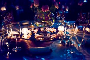 キャンドルで照らされたパーティテーブルの写真素材 [FYI01810441]