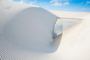 レンソイス砂漠の風紋と湖の写真素材 [FYI01810499]