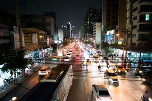夜のバンコクの大通りの写真素材 [FYI01810548]