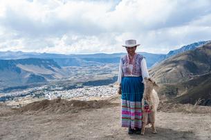チバイ独特の刺繍の民族衣装を着る女性の写真素材 [FYI01810551]