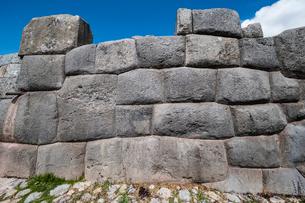クスコ近郊のサクサイワマン遺跡の精緻な石組みの写真素材 [FYI01810552]