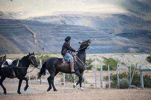 パタゴニアの牧童ガウチョの乗馬風景の写真素材 [FYI01810558]