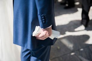 グローブを握る新郎の写真素材 [FYI01810572]