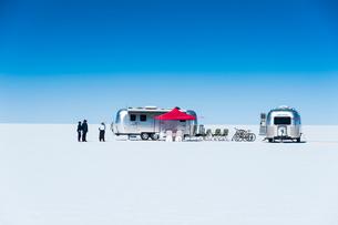 ウユニ塩湖とキャンピングカーの写真素材 [FYI01810582]