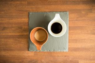 木のテーブルの上のカフェラテとコーヒーの写真素材 [FYI01810638]