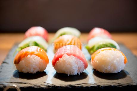 カラフルな手まり寿司の写真素材 [FYI01810689]