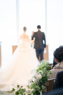 結婚式挙式で誓う新郎新婦の写真素材 [FYI01810717]