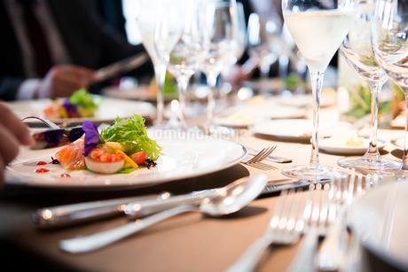 円卓で高級フランス料理の写真素材 [FYI01810738]