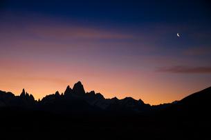 パタゴニアのチャルテン付近から望むフィッツロイ峰の夕焼けと三日月の写真素材 [FYI01810761]