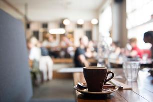 テーブルに置かれたコーヒーカップの写真素材 [FYI01810812]