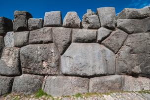 クスコ近郊のサクサイワマン遺跡の石組みの写真素材 [FYI01810822]
