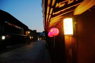 ひがし茶屋街の赤ちょうちんの写真素材 [FYI01810843]