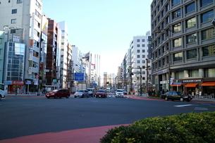 交差点の車の写真素材 [FYI01810860]