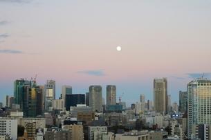 麻布十番から見える汐留方面の夕景の写真素材 [FYI01810886]