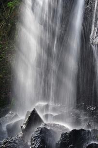 達沢不動滝 光の写真素材 [FYI01810900]