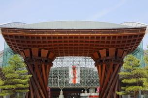 金沢駅前もてなしドームと鼓門の写真素材 [FYI01810906]