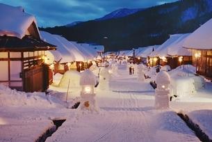 夜の大内宿の雪景色、の写真素材 [FYI01810922]