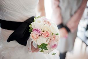 花嫁とブーケの写真素材 [FYI01810938]