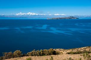 チチカカ湖の「太陽の島」から望むアンデス山脈と「月の島」の写真素材 [FYI01810941]