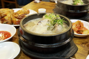 参鶏湯とローストダックの写真素材 [FYI01810978]