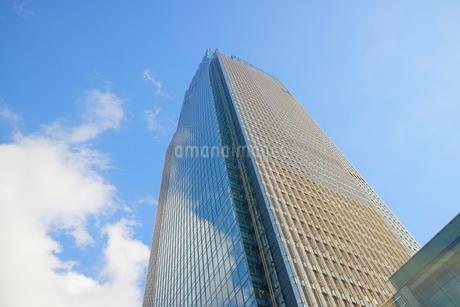 東京ミッドタウンを見上げた青空の写真素材 [FYI01810989]