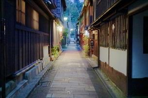 ひがし茶屋街の石畳の路地の写真素材 [FYI01811039]