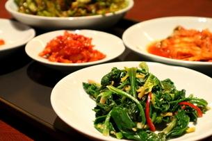 カラフルな韓国料理の前菜の写真素材 [FYI01811041]