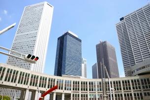 新宿の高層ビルと青い空の写真素材 [FYI01811048]