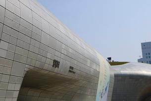 韓国 ソウルの巨大なアートホール デザインラボ  東大門(トンデムン) デザインプラザDDPの写真素材 [FYI01811062]