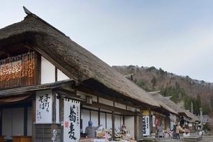 干し柿のある大内宿の町並みの写真素材 [FYI01811090]